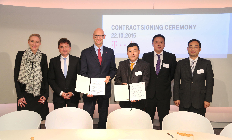 V.l.n.r.: Anette Bronder, Ferri Abholhassan, Timotheus Hoettges, Wangshengli, Zhanghaibo and Zhengyelai nach der Vertragsunterzeichnung in Bonn, 22.10.2015.